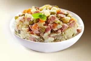 Салат «Русский» (грибы, картофель, ветчина, горошек, сол. огурец, морковь, яблоко, специи, м-з) 150 г