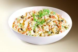 Салат «Праздничный» (филе кур, сол. огурец, лук, яйцо, морковь, горошек, чернослив, м-з) 150 г