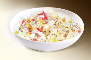 Салат «Парадный» (рис, краб.мясо, яйцо, кукуруза, грибы, сол.огурец, лук, специи, м-з) 150 г