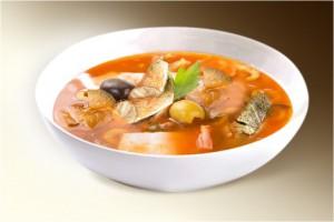 Суп «Солянка матросская» (лук, картофель, сл.перец, перловка, сол.огурец, треска, маслины, кальмары, томат, специи) 300 г