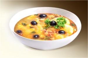 Суп «Солянка мясная» (картофель, морковь, лук, сол.огурец, сосиски, колбаса, свин, специи, оливки, маслины, лимон) 300 г