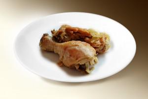 Курица тушеная в луковом соусе (куры, лук, специи, чеснок) 100/20 г